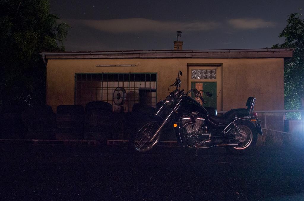 Motorrad Suzuki VS 800 Intruder auf einem Parkplatz ohne Licht