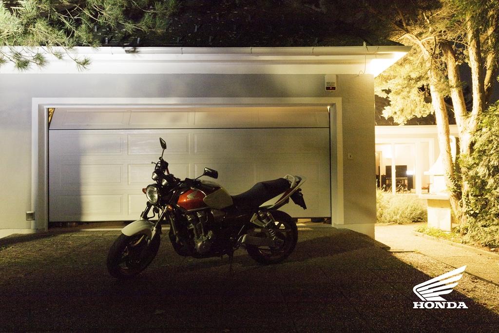 Lightpainting Motorrad Honda CBR 600 vor Garage