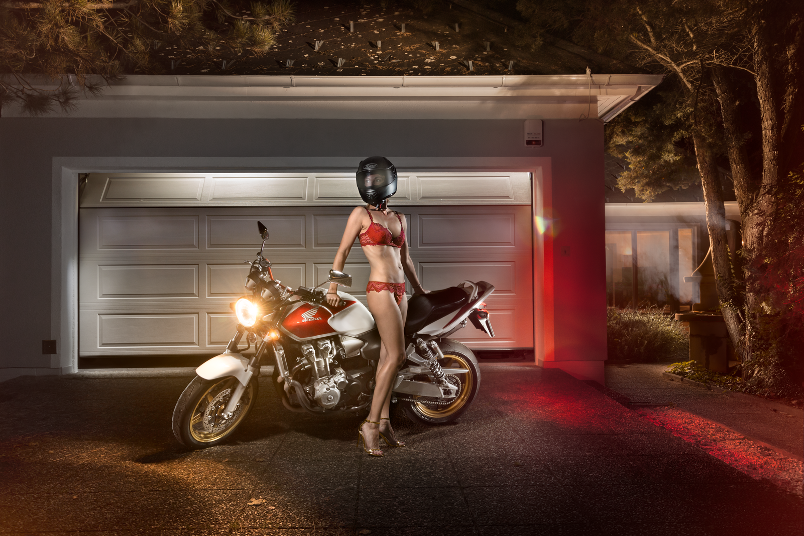 Lightpainting Honda CBR 600 vor Garage mit Girl Lightrider Fotografie Christian Novak NOVY Multimedia Productions