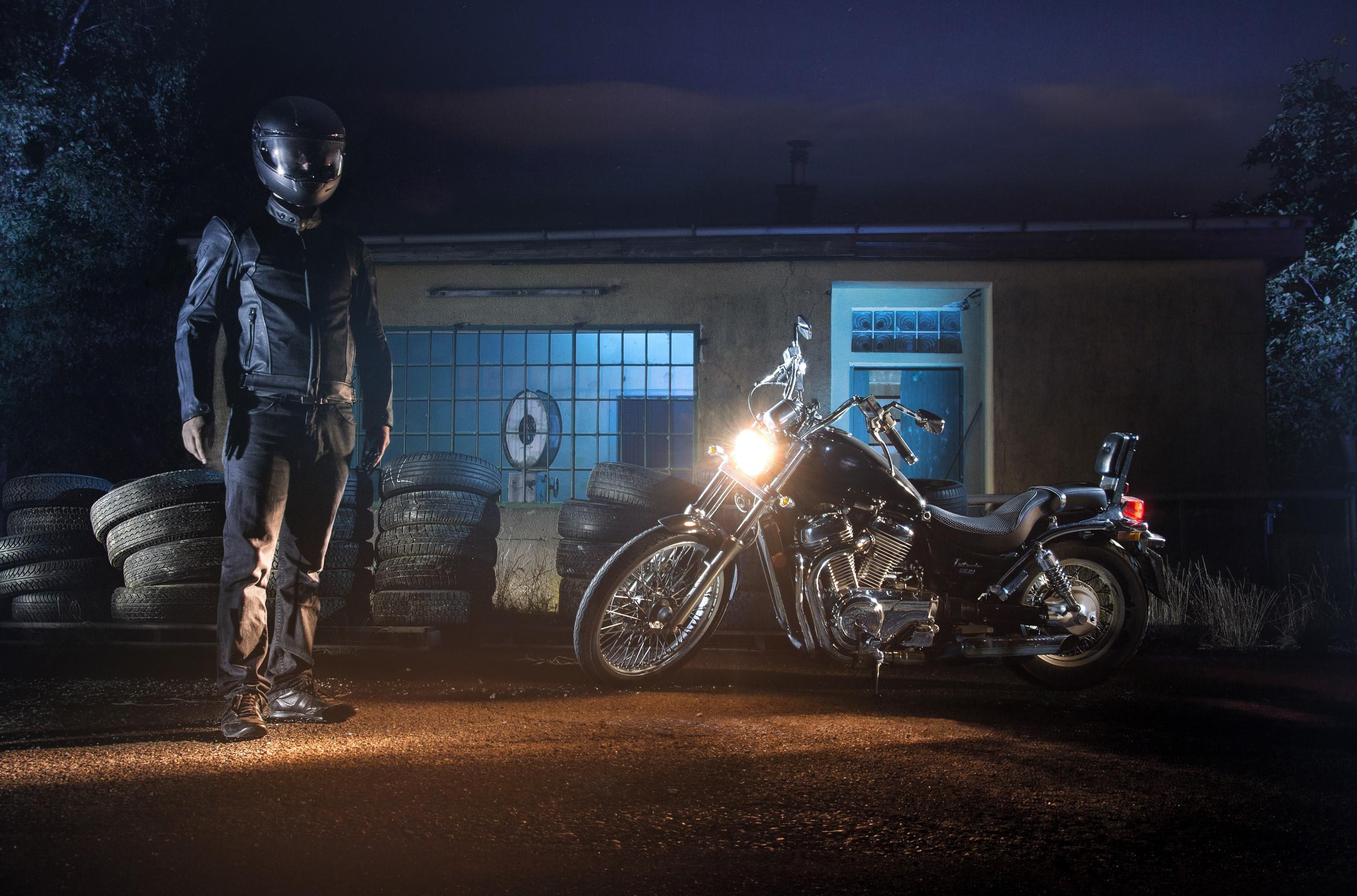 Motorrad Suzuki VS 800 Intruder mit Lightrider Licht Bildbearbeitung Fotografie