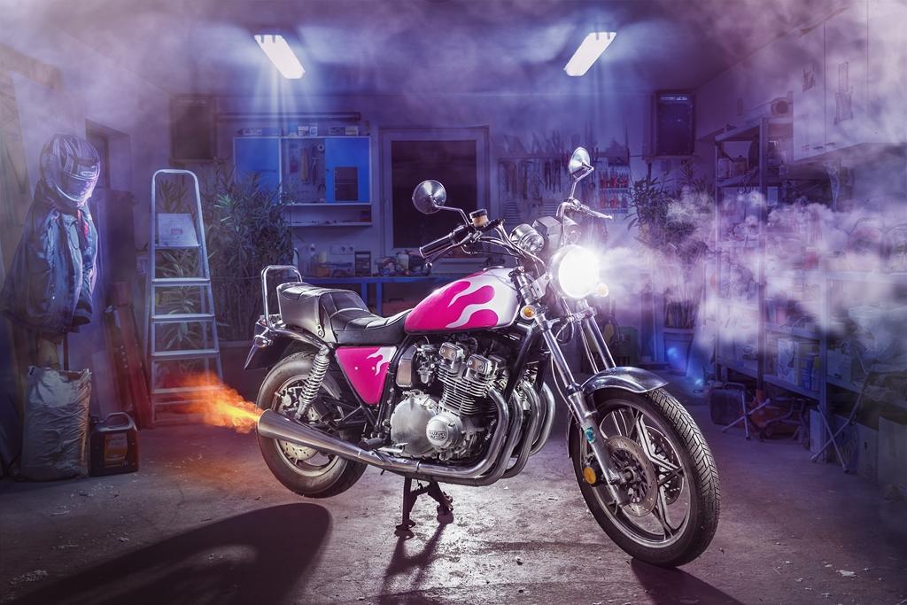 Motorrad Marke Suzuki in Garage mit Feuer Lackierung Lightpainting