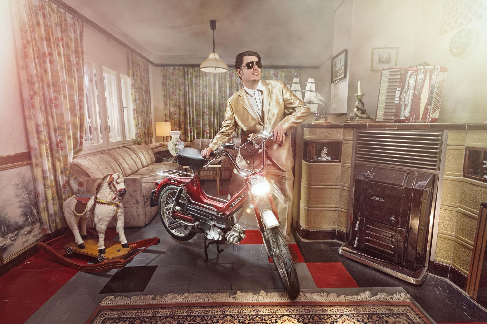 Schlager-Pop-Star Gutlauninger mit seiner feuerroten Puch Maxi 50 in seinem goldenen Wohnzimmer