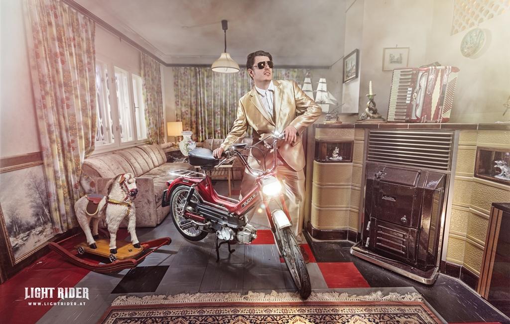 Fotograf Christian Novak aus Wien mit Schlager Star Gutlauninger Motorrad Shooting Puch Maxi Lightrider.at