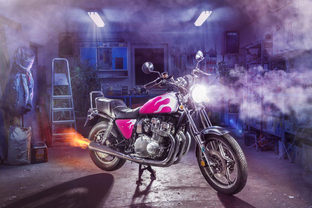 Suzuki GSX 750 L mit Feuerlackierung Fotografie in der Garage
