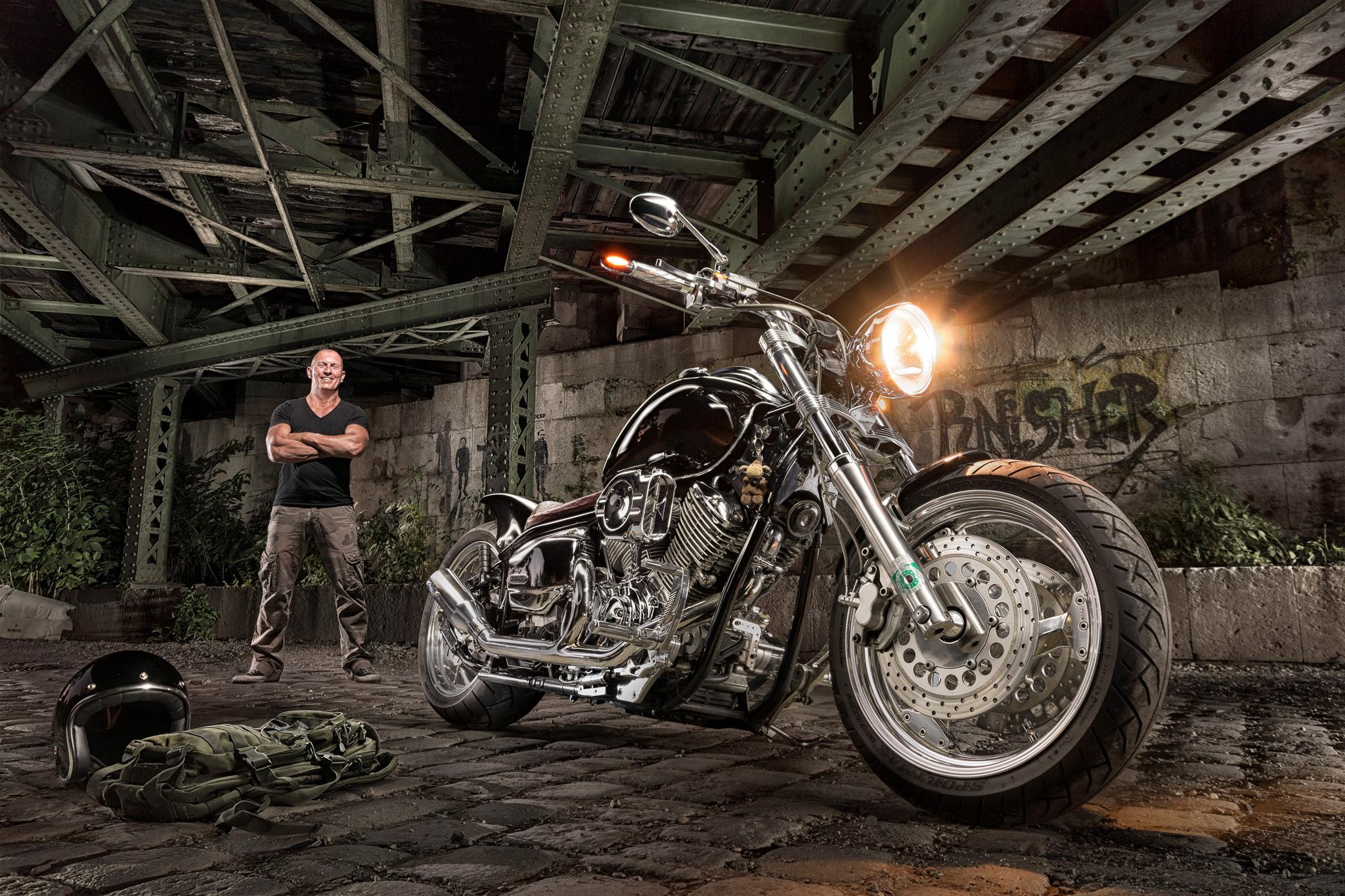 Biker Alexander Koubek mit seiner Yamaha Dragstar Custom fotografiert von Christian Novak aus Wien