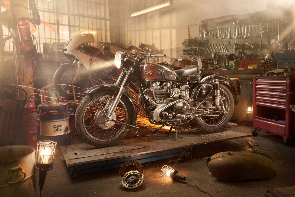 Motorrad in Werkstatt Fotoshooting mit viel Sonne